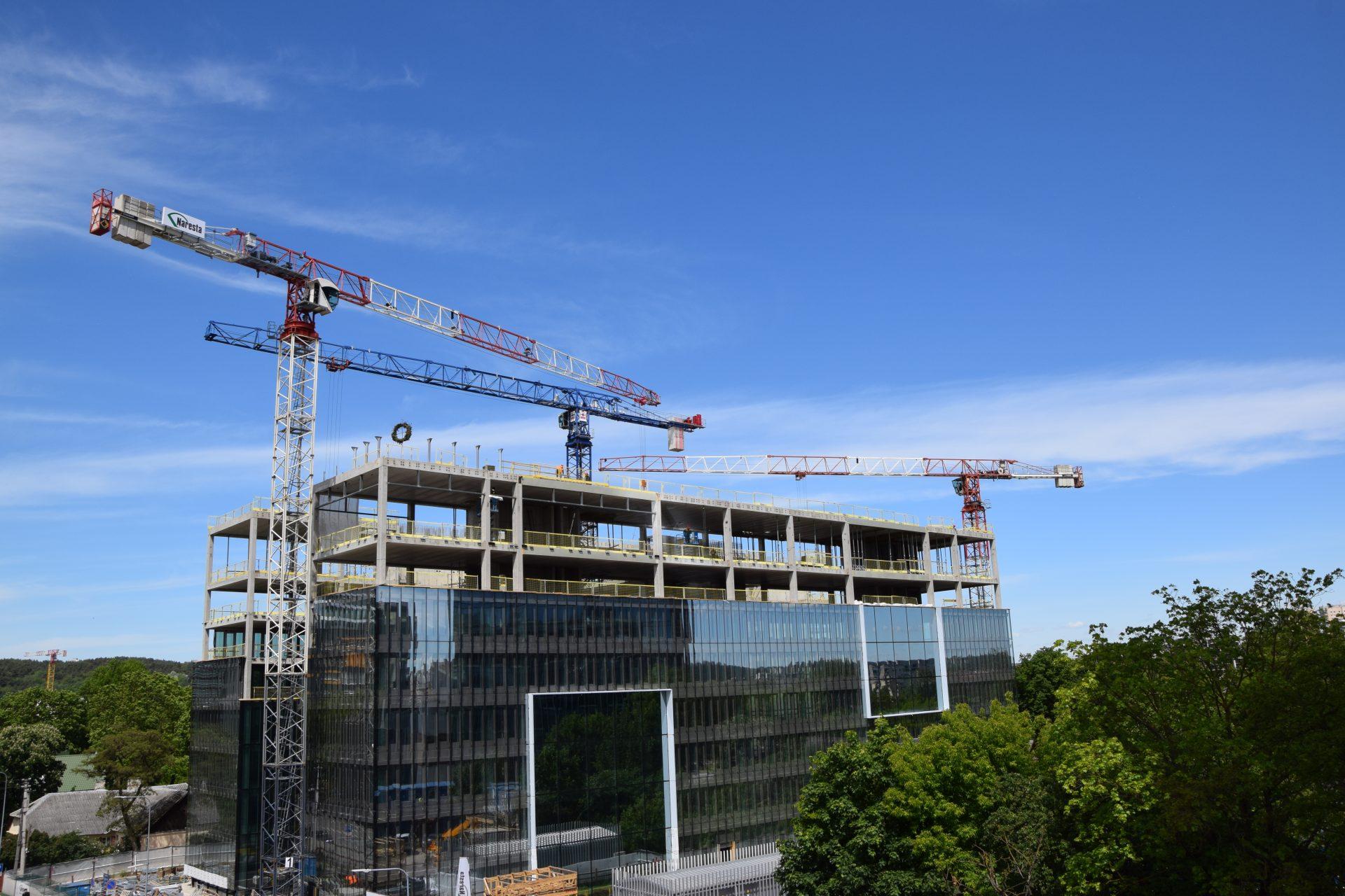 Iškeltas statybos vainikas verslo centro statybvietėje